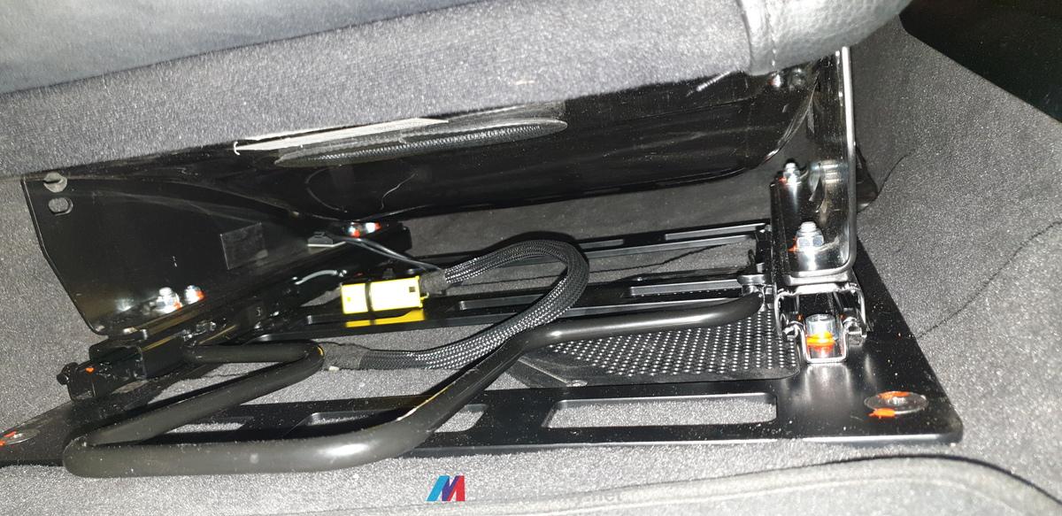 Sitz im Fahrzeug befestigt